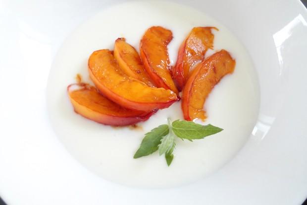 Joghurtcreme mit glasierten Nektarinen