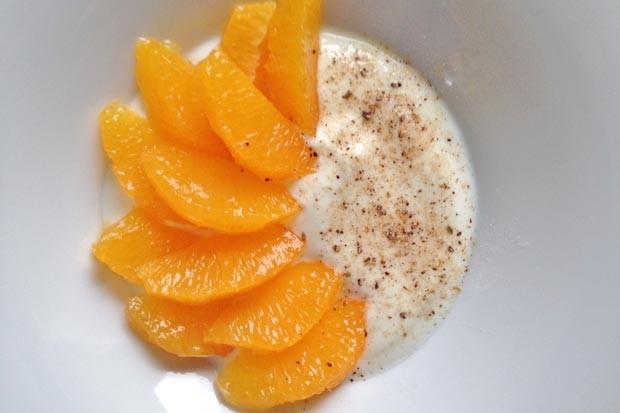 Orangenfilets auf Joghurt