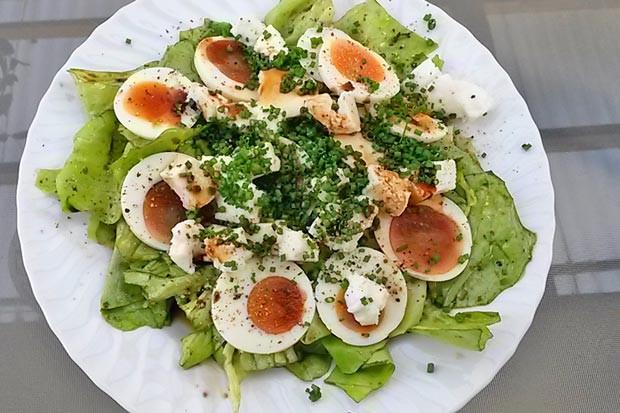 Salat mit Ei und Schafkäse