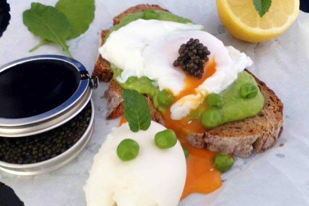 Zitronensorbet von Mövenpick mit Erbsenmoussebrot, pochiertem Ei und Kaviar