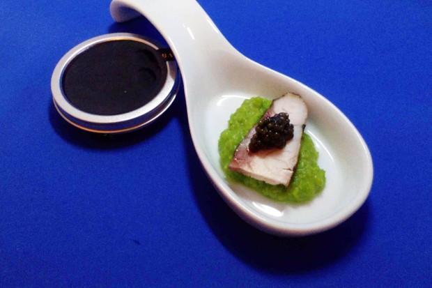 Kaviar auf Räucherstör und Erbsenmousse