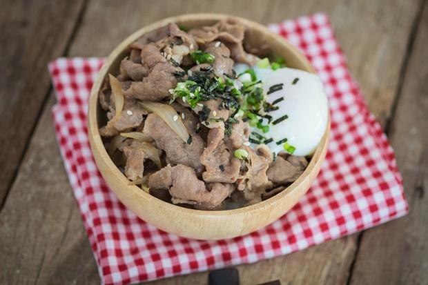 Japanisches Donburi mit Schweinefleisch