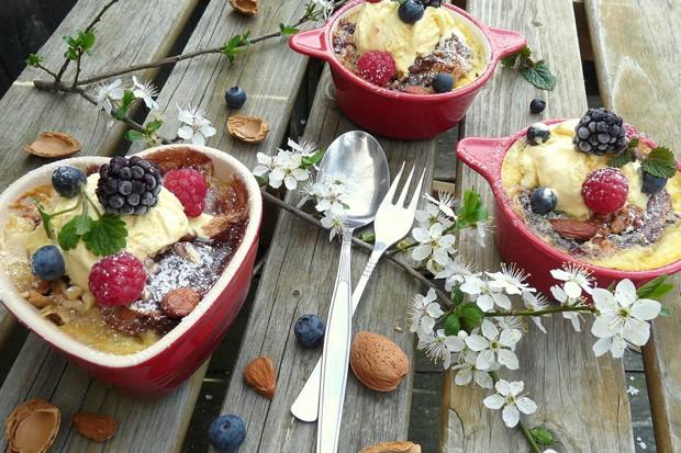 Überbackener Brioche mit Vanille-Eis und Beeren