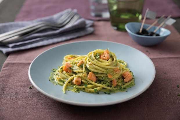 Spaghetti mit Pesto alla Genovese und Lachs
