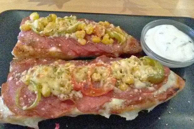 Überbackenes Baguette mit Salami