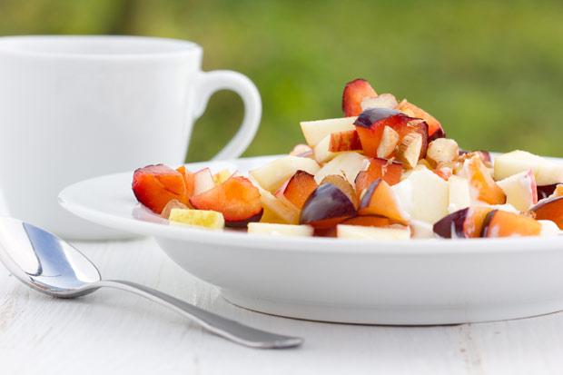 Früchtesalat mit Zwetschken, Apfel und Haselnuss