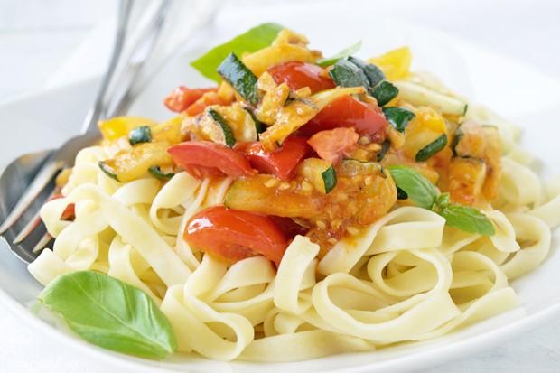 Zucchini-Tomatennudeln