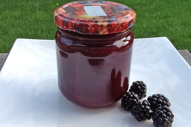 Brombeeren-Pfirsichmarmelade fein passiert