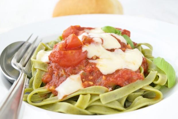 Grüne Nudeln mit Tomaten-Mozzarellasauce