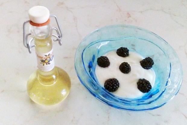 Limoncello-Joghurt mit Brombeeren