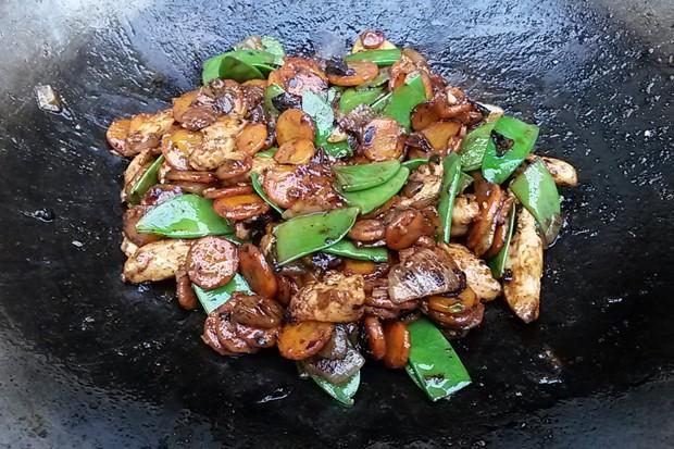 Orientalischer Karotten-Puten-Wok