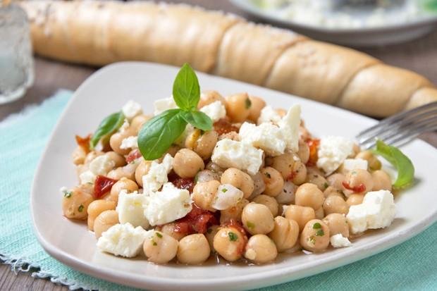 Tomaten-Kichererbsen-Salat mit Feta