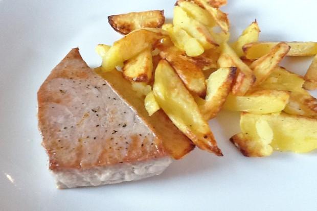 Thunfischsteak mit Kartoffelspalten