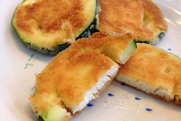 Panierte Zucchinitaler mit Käsefülle