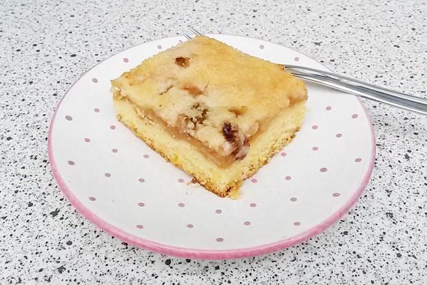Apfelkuchen mit Marzipan und Streusel