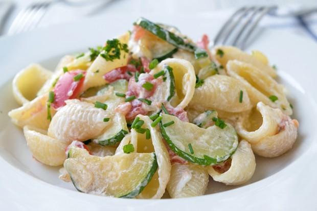 Zucchini-Tomaten-Nudelsalat