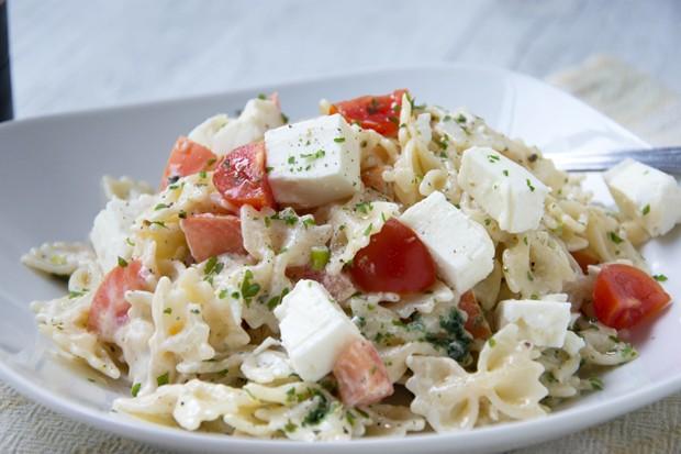 Tomaten-Feta-Nudelsalat