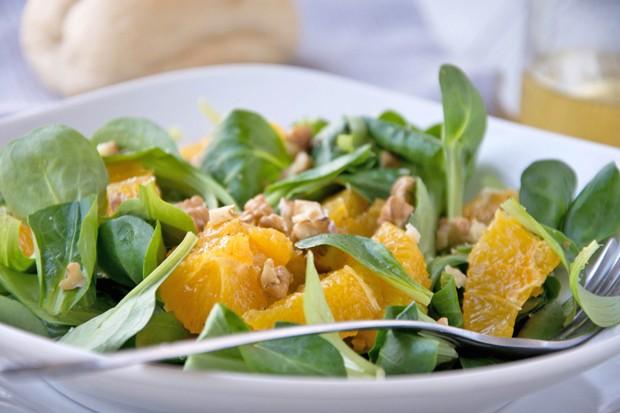 Feldsalat mit Orangen und Walnüssen