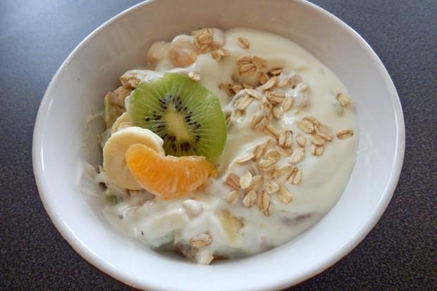 Joghurt mit Haferflocken und Obst