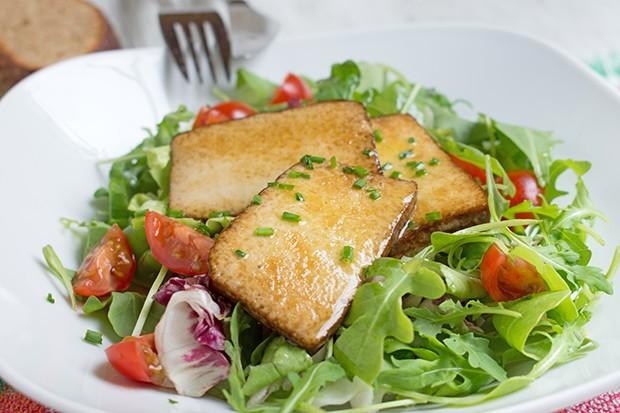 Gebratener Tofu auf Salat
