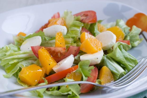 Büffelmozzarella-Tomaten-Mango Salat