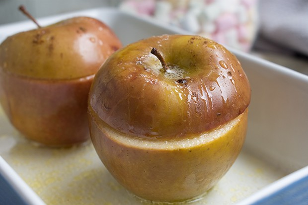 Vegane Bratäpfel mit Dateln, Feigen und Walnüssen