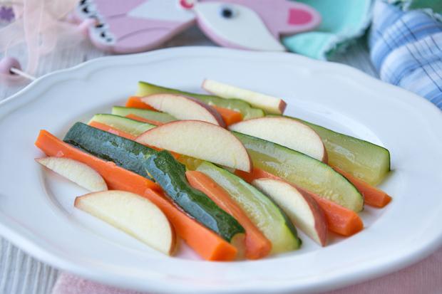 Gedämpfte Gemüse- und Obststicks