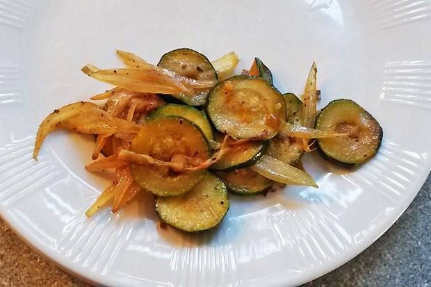 Zucchini-Zwiebelgemüse