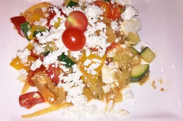 Gemüsepfanne mit Quinoa und Feta