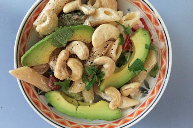 Nudelsalat mit Avocado und Cashewnüssen
