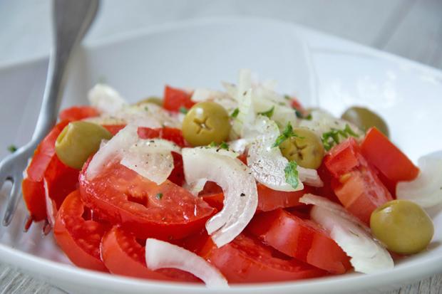 Tomaten-Olivensalat