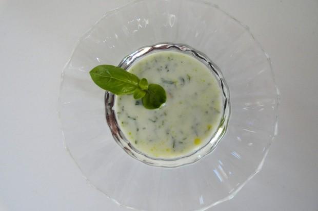 Joghurtdressing mit Basilikum