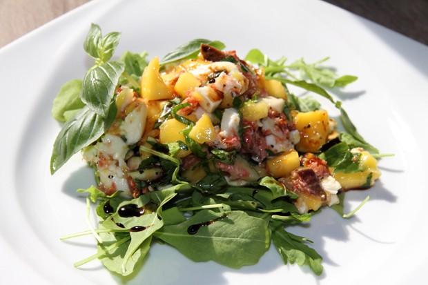 Fruchtiger Mozzarella - Salat auf Rucola