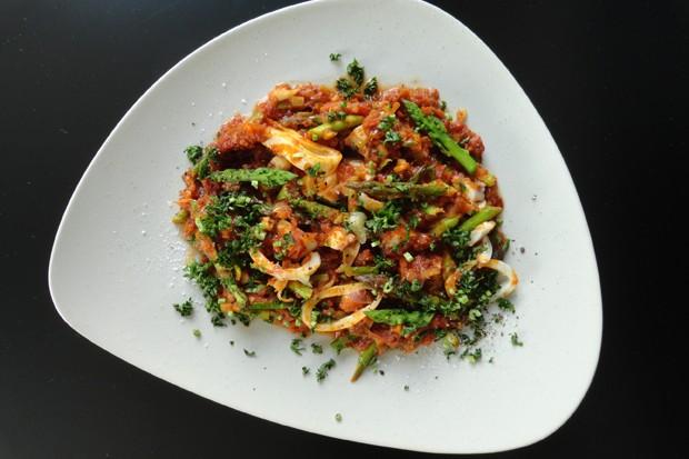 Tomaten-Spargelragout mit Tintenfisch