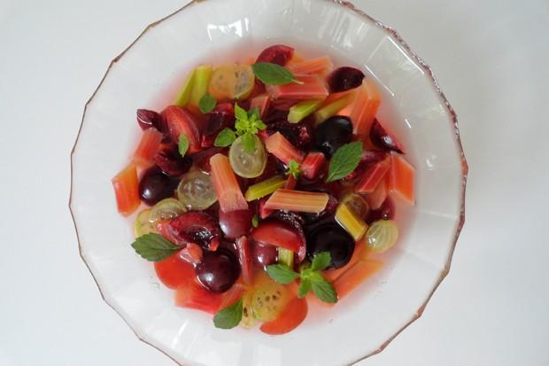Sommerlicher Obstsalat mit Rhabarber und Kirschen