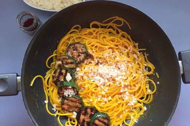 Safranspaghetti mit gegrillten Zucchini