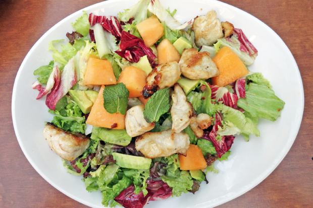 Blattsalat mit Avocado, Melone und Huhn