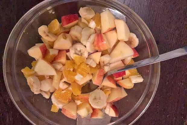 Obstsalat mit Äpfeln, Birnen, Bananen und Orangen