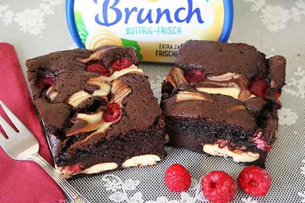 Lebkuchen-Brownies mit Brunch Buttrig-Frisch Cheesecake und Himbeeren