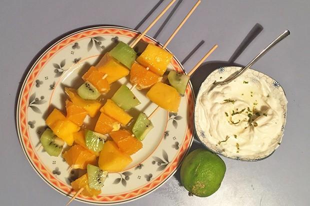 Exotische Obstspieße mit Limettenjoghurt