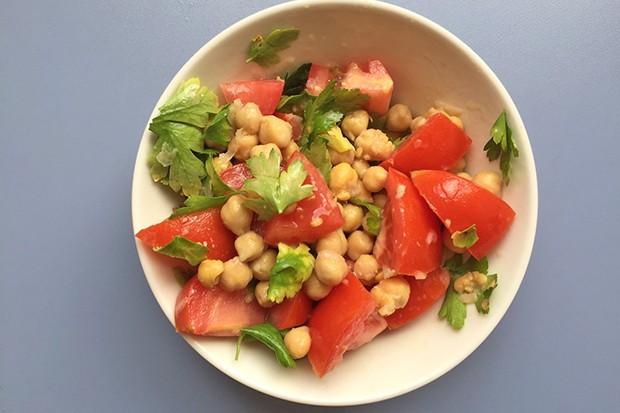 Warmer Kichererbsensalat mit Tomaten und Petersilie