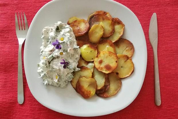 Knusprige Kartoffelscheiben mit Frühlingssalat