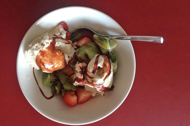 Frühlingseisbecher mit Kiwi und Erdbeeren