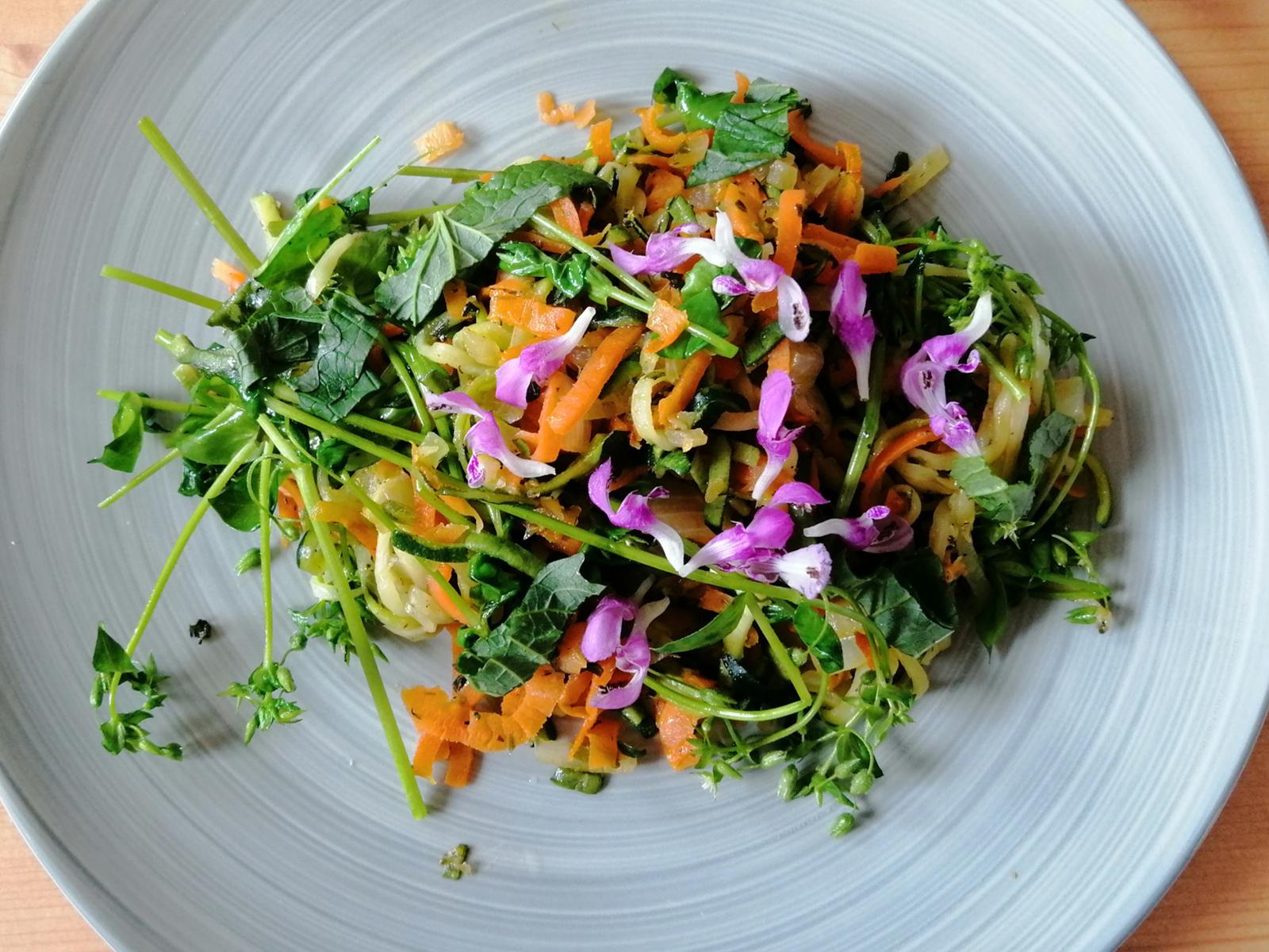 Zucchini mit Vogelmiere und Knoblauchsrauke