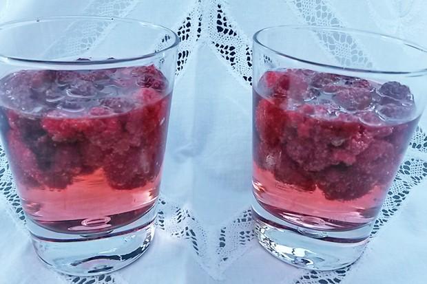 Gin-Tonic mit Himbeeren