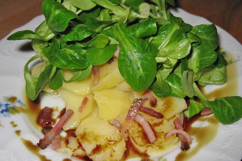 kartoffel-vogerlsalat-mit-speck-und-kernoeldressing.jpg