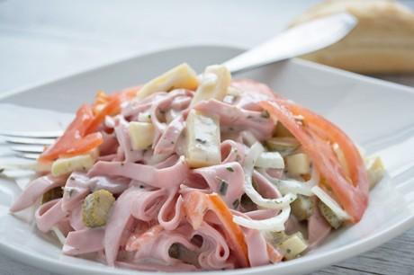 schweizer-wurst-kaese-salat.jpg