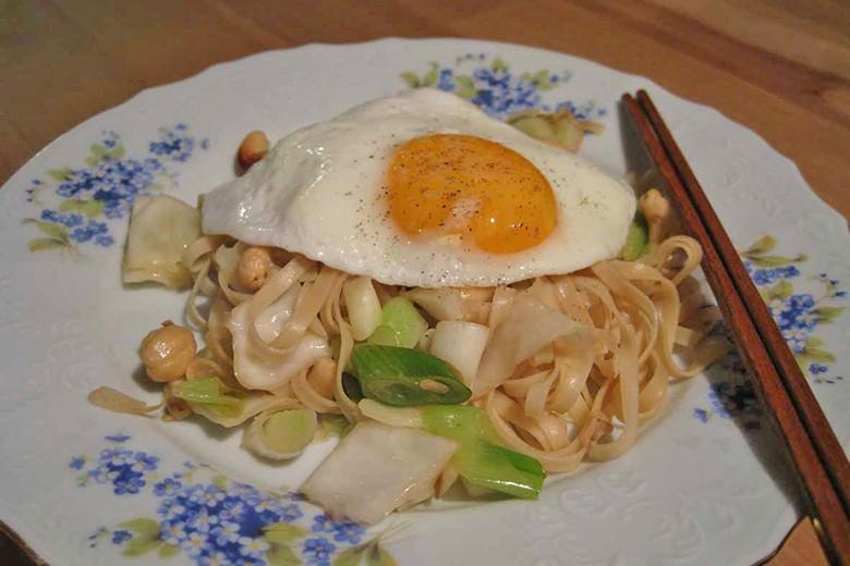 gebratene-chinesische-eiernudeln-mit-frischem-gemuese-und-nuessen.jpg