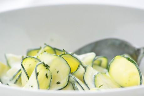 zucchini-gurkensalat-mit-joghurtdressing.jpg