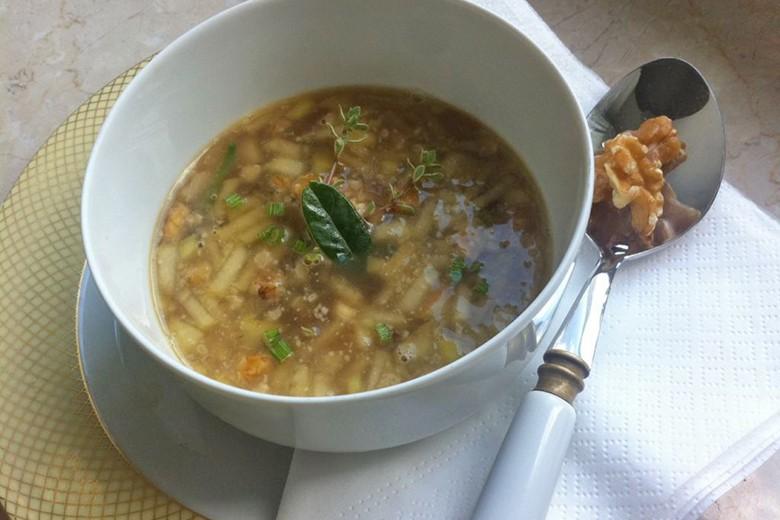 apfel-zwiebel-suppe-mit-walnuessen.jpg